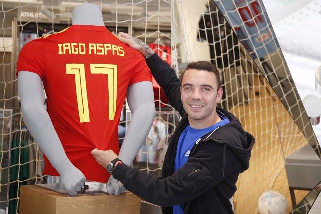 Iago Aspas posa con la camiseta de la selección española