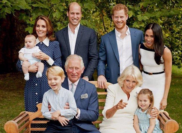 La Familia Real Inglesa Publica Una Fotografías En Armonía Y Divertidos