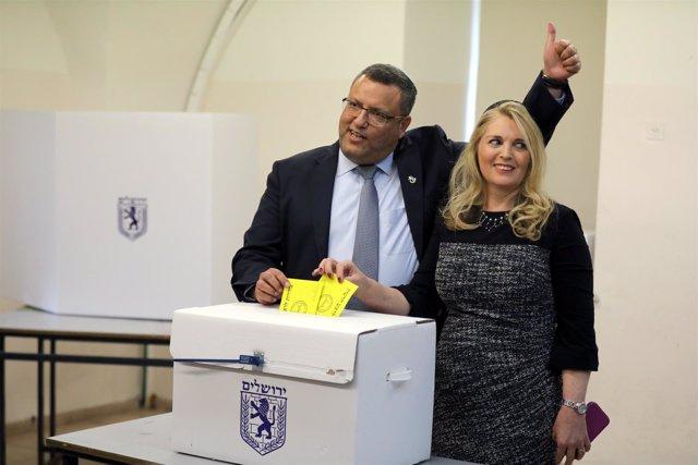 Moshe Lion votando con su mujer en la segunda vuelta