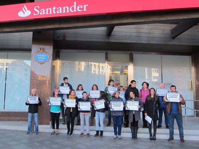 Protesta de colectivos sociales contra el llamado impuesto a las hipotecas.