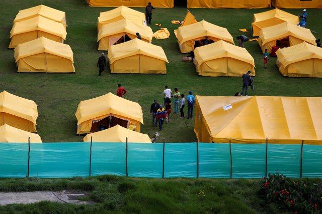 Migrantes venezolanos en un campamento en Bogotá