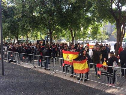 Tensión ante la Ciudad de la Justicia en Barcelona entre independentistas y manifestantes a favor de la Policía Nacional