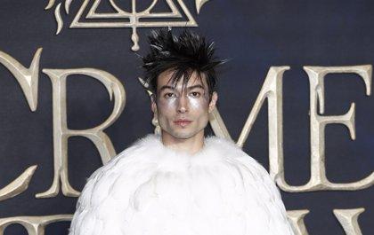Ezra Miller arrasa con su look a lo Hedwig en el estreno de Animales Fantásticos: Los crímenes de Grindelwald