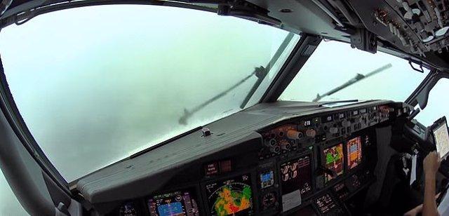 Boeing 737 aterrizando en día de tormenta eléctrica