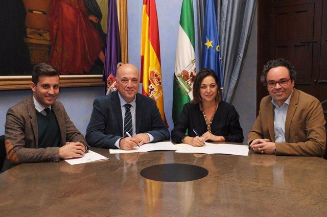 Ruiz y Ambrosio (centro) firman el convenio de colaboración