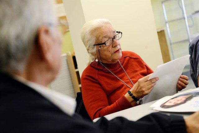 Persona mayor en un taller de lectura.