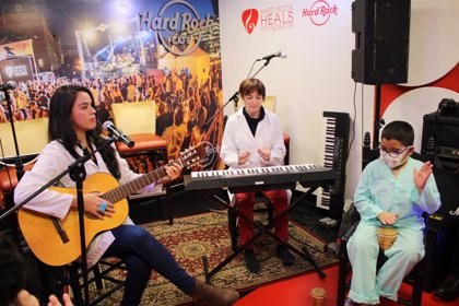 Hard Rock Cafe llena de música el Hospital de La Paz para ofrecer musicoterapia a los más pequeños