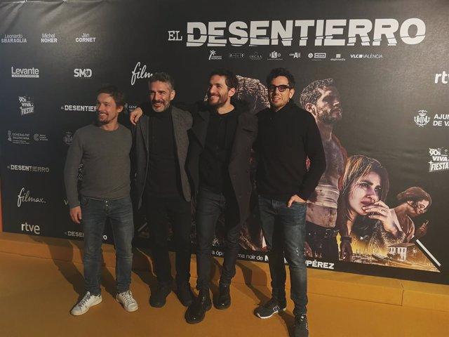 Nacho Ruipérez y parte del elenco de 'El Desentierro'