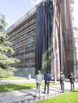 Imagen del proceso de instalación de una de las lonas de la fachada de Velázquez