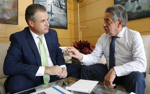 El presidente Revilla con el alcalde de Astillero