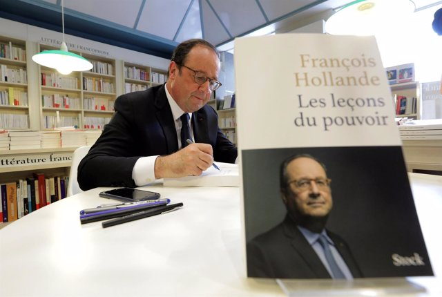 François Hollande firma su libro