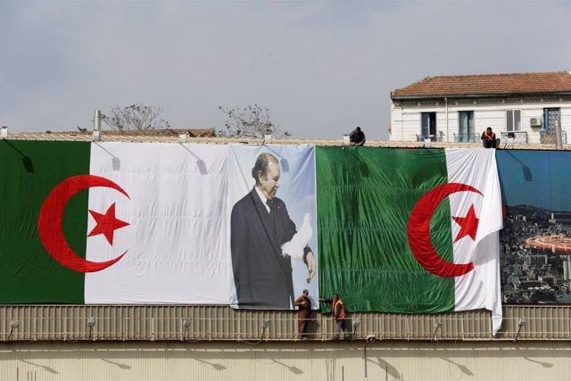 Banderas de Argelia y fotos de Abdelaziz Buteflika