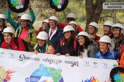 La señal contra la violencia de género de la Diputación de Málaga corona el Caminito del Rey