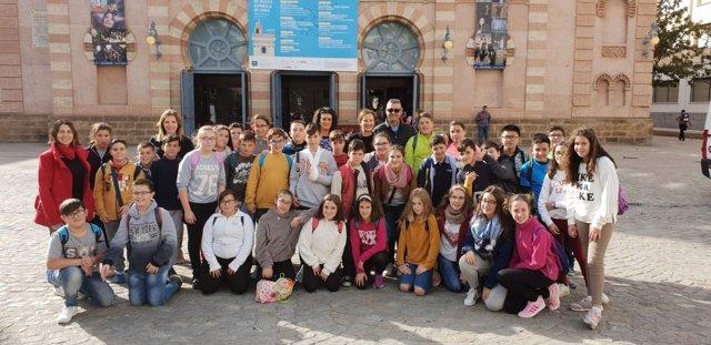 La delegada de Educación de la Junta, Remedios Palma, con alumnos en el Falla