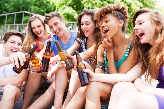 El consumo de alcohol entre adolescentes baja