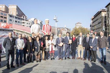 El puente de La Ribera se convierte en arco rojiblanco para presentar la exposición 'El mejor equipo del mundo'