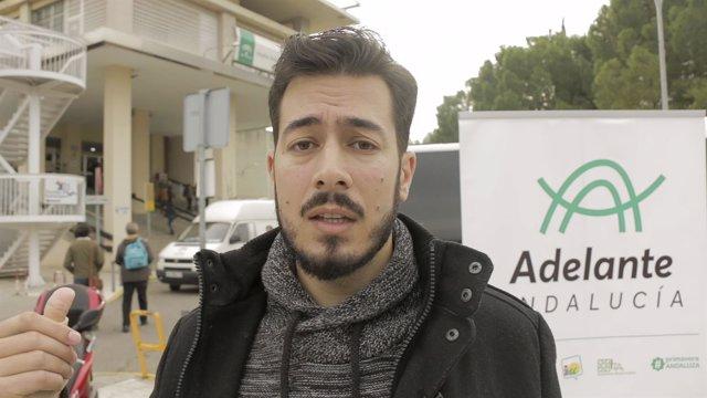 Alberto Alcalá ante el Hospital Provincial
