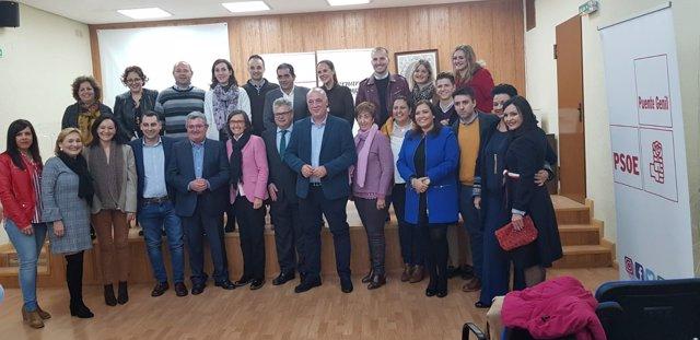 Ruiz (centro) en la reunión del PSOE en Puente Genil