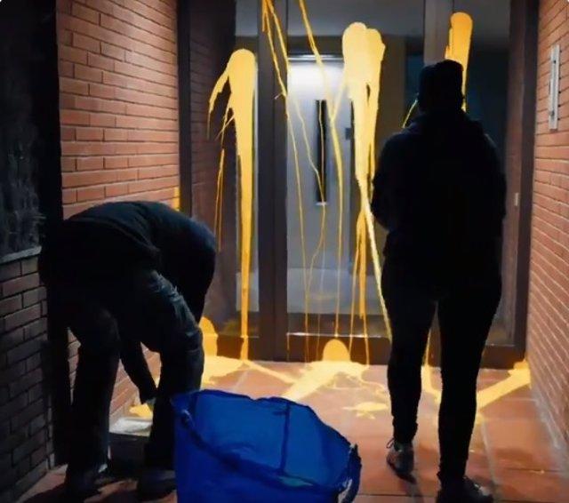 Encapuchados lanzan pintura amarilla contra la casa de Llanera