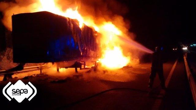 Incendio del camión en Llanes.