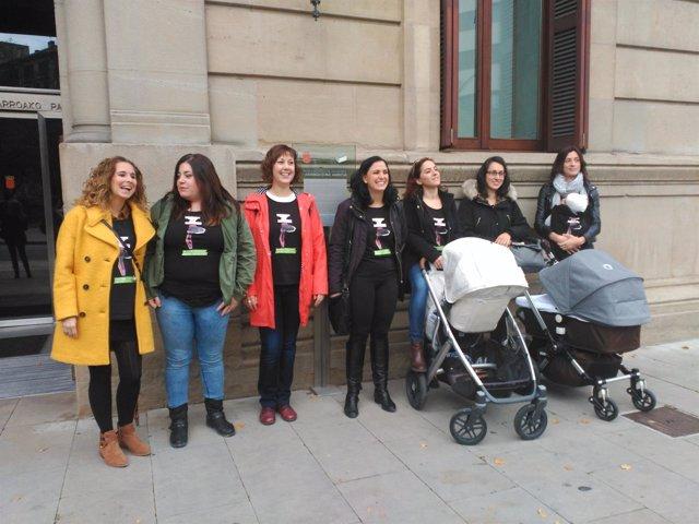 Madres navarras en la puerta del Parlamento foral