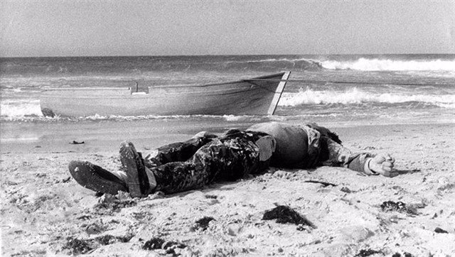 Foto de la primera muerte documentada de la muerte de un inmigrante en patera