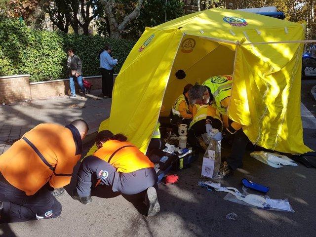 Sanitarios de Samur-Protección Civil atienden al herido en Barajas