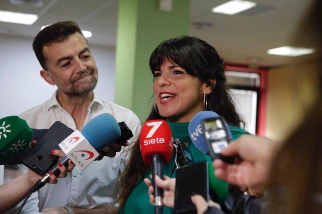 Teresa Rodríguez y Antonio Maíllo atendiendo a los periodistas