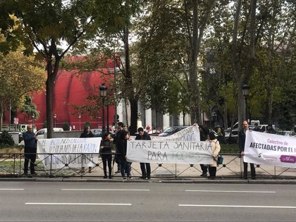 Familiares de ciudadanos nacionalizados en España se concentran en Sanidad para pedir que se les atienda en el SNS