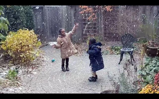 Dos niños refugiados de la guerra de Eritrea reaccionan a la nieve por primera vez