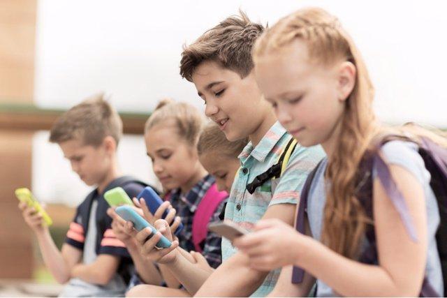 Francia prohibe el móvil en clase