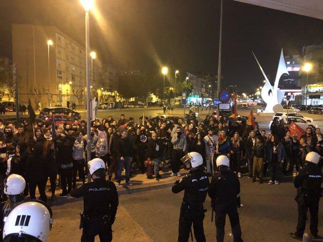 Manifestantes a las puertas del hotel donde se celebra un acto de VOX