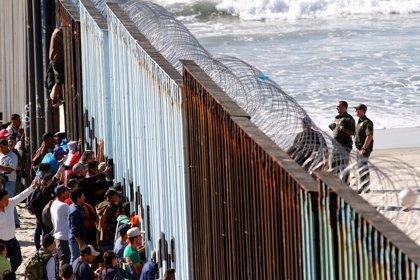 Aumenta la tensión entre migrantes y residentes en la frontera entre México y EEUU