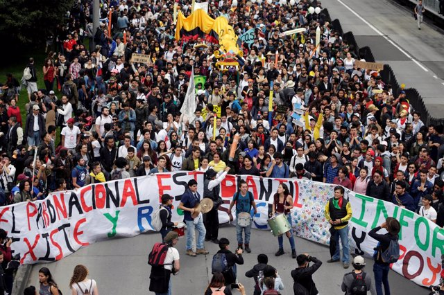 Estudiantes colombianos participan en una marcha en Bogotá