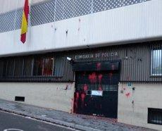 Llancen pintura a la comissaria de la Policia Nacional de Terrassa (ARRAN TERRASSA)