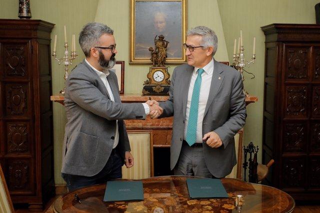 Firma del convenio entre Santiago G.Granda (rector) y Ramón Pravia (The Cocktail