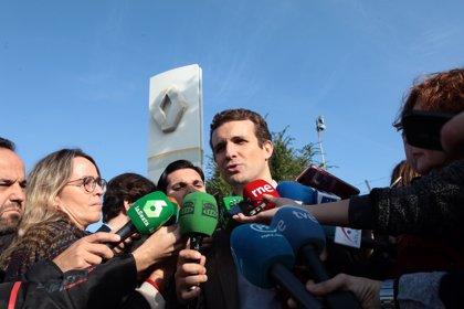 """Casado acusa a Sánchez de """"poner en riesgo"""" al sector y actuará contra prohibir coches diésel y gasolina"""