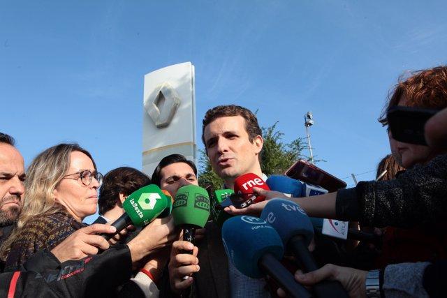 Pablo Casado visita la planta sevillana de Renault