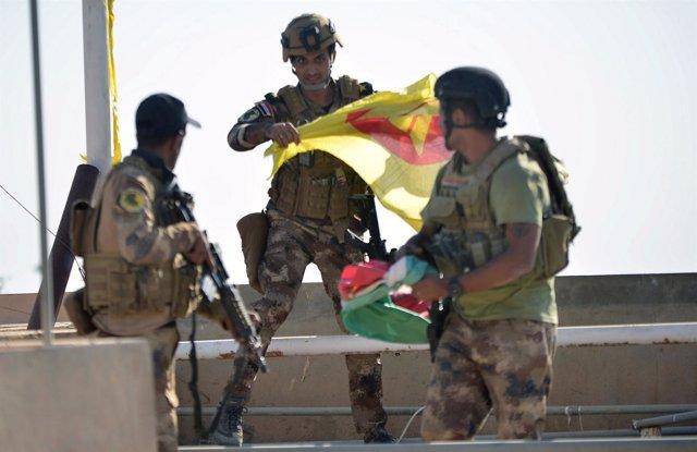 Soldados con banderas kurdas en Kirkuk