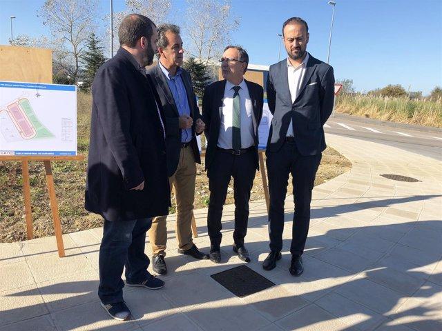Martín, con el alcalde y el teniente alcalde, en la visita a las parcelas
