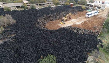 La Generalitat vacía un depósito de neumáticos usados en Chiva por el riesgo de combustión