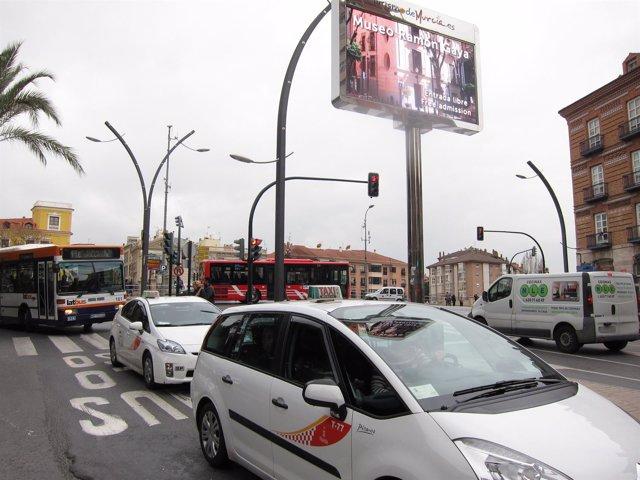 Taxis, autobús de Latbús y autobús urbano 'colorao' circulan por Murcia