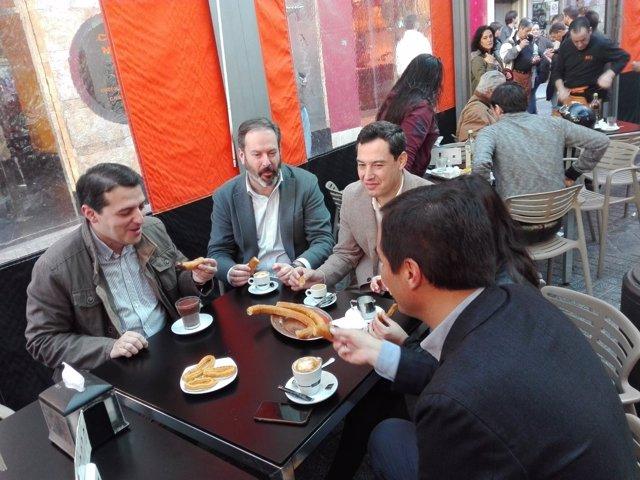 Juanma Moreno (PP-A) desayuno churros durante un paseo electoral en Córdoba