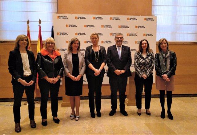 Firma de la cátedra de Desarrollo Directivo Femenino este viernes.