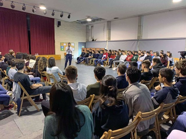 El pte. Roger Torrent ante alumnos del instituto Carles Rahola, de Girona