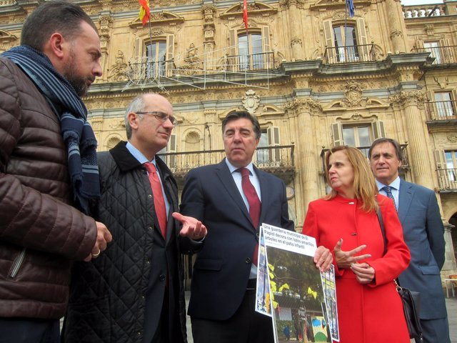Bermúdez de Castro (centro) muestra fotografías con lazos amarillos.