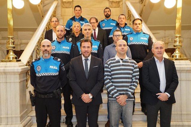 El alcalde y los concejales de Hacienda y Seguridad, con los nuevos oficiales
