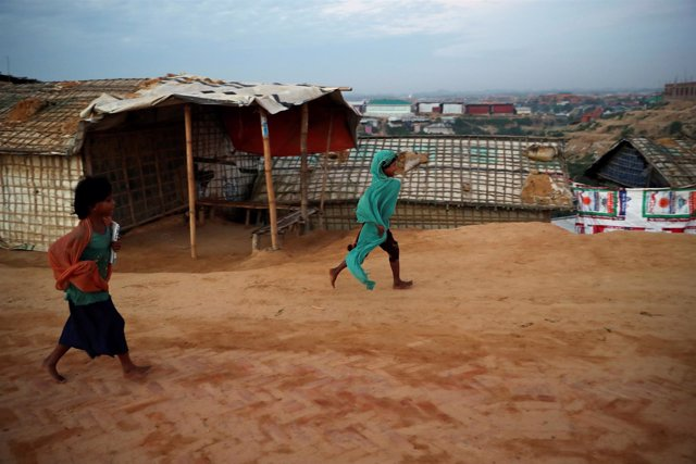 Refugiados rohingyas van a clase en Bangladesh