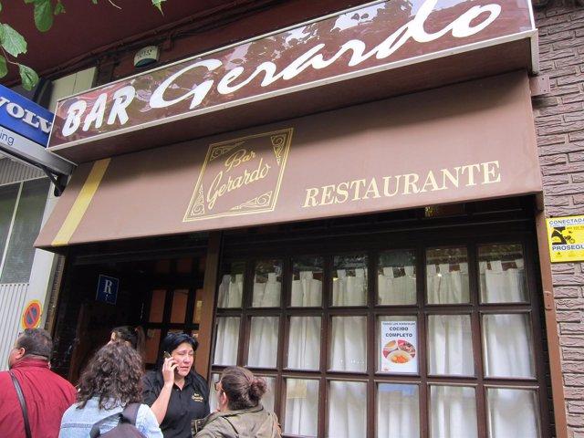 Raquel Contreras, hablando por teléfono a las puertas de su restaurante Gerardo
