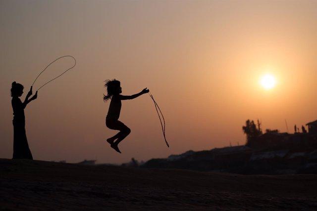 Niños rohingyas jugando en un campo de refugiados de Bangladesh